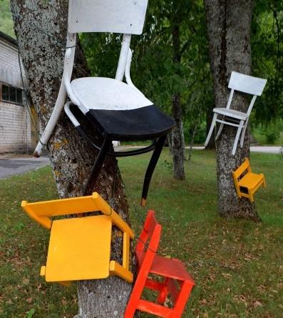 Krēsli pie Sabiles kultūras nama_Ventspils ielā 14 (1)