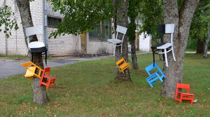 Krēsli pie Sabiles kultūras nama_Ventspils ielā 14 (2)