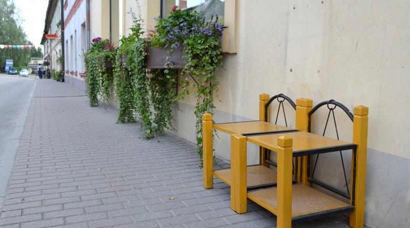 Krēsli_pie veikala Bodīte 7_Rīgas ielā 4_6