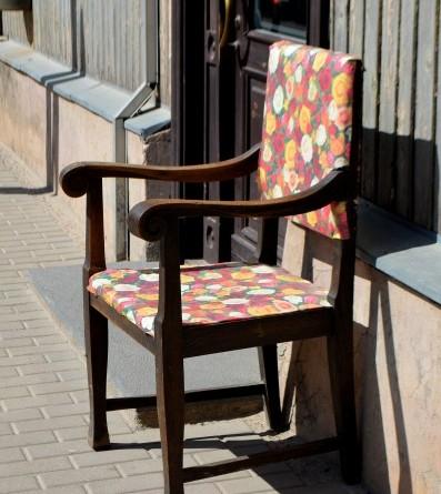Krēsls pie salona Made_Rīgas ielā 9