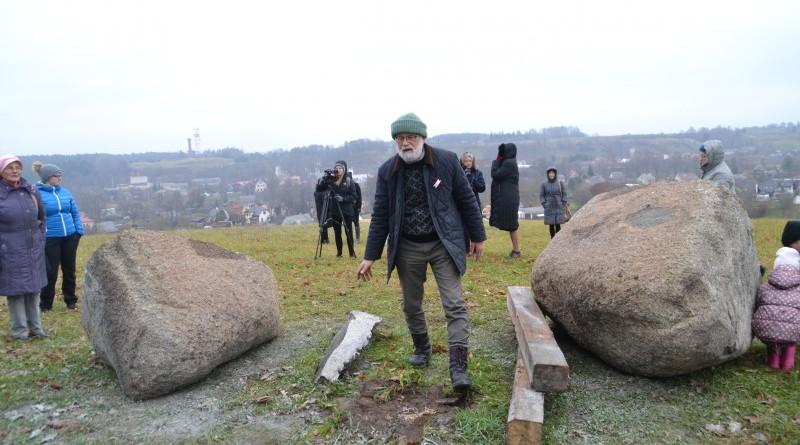 Ojāra Feldberga Latvijas simtgadei veltītā vides mākslas objekta 99+1=100 atklāšana (27)