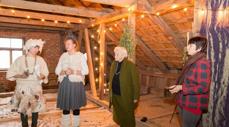 Sarades namiņa veidotājas iepazīstina ar Sabilē decembrī plānoto Dāvantirgu ar rozīnīti (10)