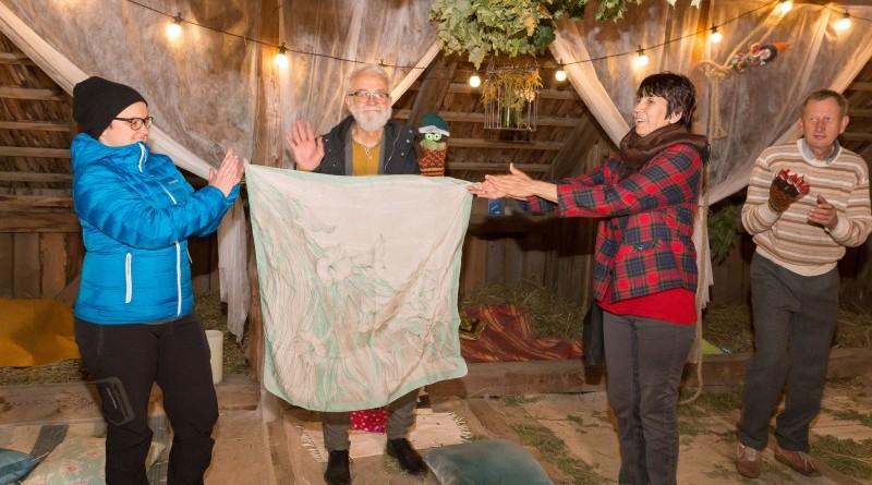 Sarades namiņa veidotājas iepazīstina ar Sabilē decembrī plānoto Dāvantirgu ar rozīnīti (13)