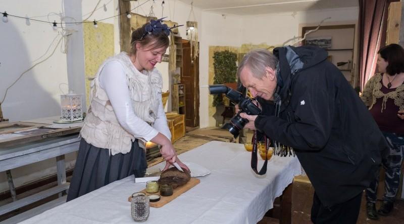 Sarades namiņa veidotājas iepazīstina ar Sabilē decembrī plānoto Dāvantirgu ar rozīnīti (14)