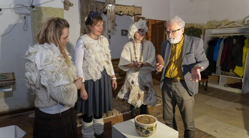 Sarades namiņa veidotājas iepazīstina ar Sabilē decembrī plānoto Dāvantirgu ar rozīnīti (16)