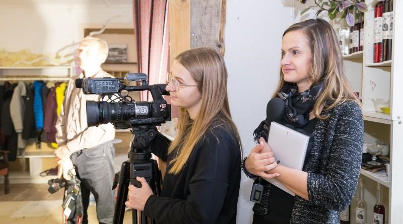 Sarades namiņa veidotājas iepazīstina ar Sabilē decembrī plānoto Dāvantirgu ar rozīnīti (2)