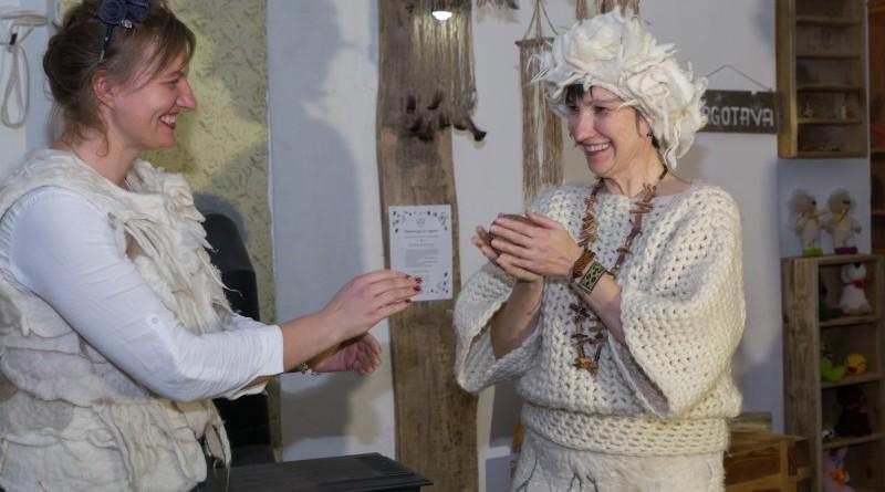 Sarades namiņa veidotājas iepazīstina ar Sabilē decembrī plānoto Dāvantirgu ar rozīnīti (20)