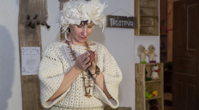 Sarades namiņa veidotājas iepazīstina ar Sabilē decembrī plānoto Dāvantirgu ar rozīnīti (21)