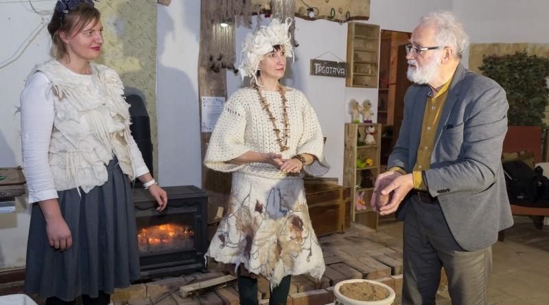 Sarades namiņa veidotājas iepazīstina ar Sabilē decembrī plānoto Dāvantirgu ar rozīnīti (22)