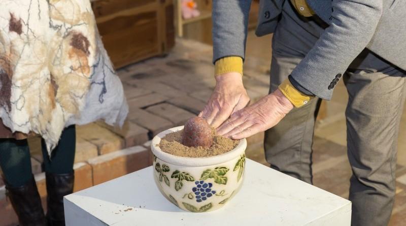Sarades namiņa veidotājas iepazīstina ar Sabilē decembrī plānoto Dāvantirgu ar rozīnīti (23)