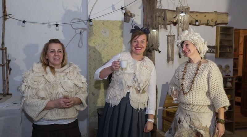 Sarades namiņa veidotājas iepazīstina ar Sabilē decembrī plānoto Dāvantirgu ar rozīnīti (24)