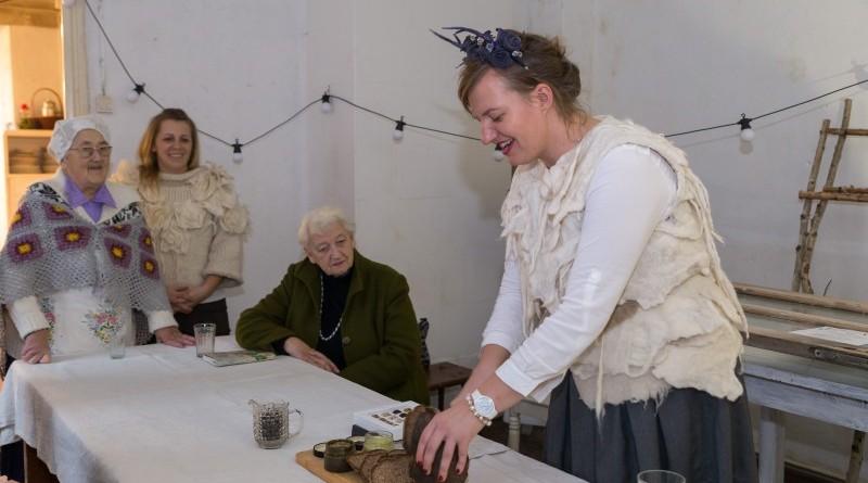 Sarades namiņa veidotājas iepazīstina ar Sabilē decembrī plānoto Dāvantirgu ar rozīnīti (26)