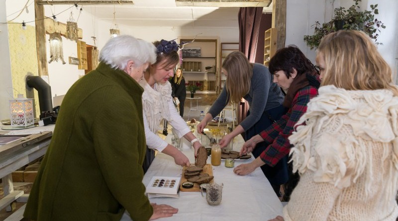Sarades namiņa veidotājas iepazīstina ar Sabilē decembrī plānoto Dāvantirgu ar rozīnīti (27)