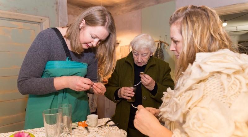 Sarades namiņa veidotājas iepazīstina ar Sabilē decembrī plānoto Dāvantirgu ar rozīnīti (28)