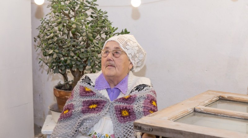 Sarades namiņa veidotājas iepazīstina ar Sabilē decembrī plānoto Dāvantirgu ar rozīnīti (36)