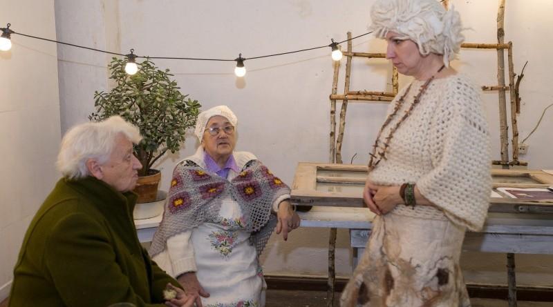 Sarades namiņa veidotājas iepazīstina ar Sabilē decembrī plānoto Dāvantirgu ar rozīnīti (39)