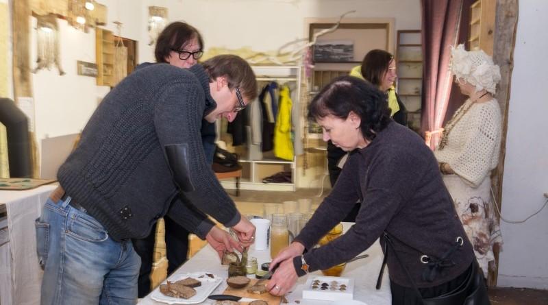 Sarades namiņa veidotājas iepazīstina ar Sabilē decembrī plānoto Dāvantirgu ar rozīnīti (40)