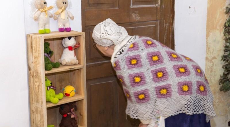 Sarades namiņa veidotājas iepazīstina ar Sabilē decembrī plānoto Dāvantirgu ar rozīnīti (5)