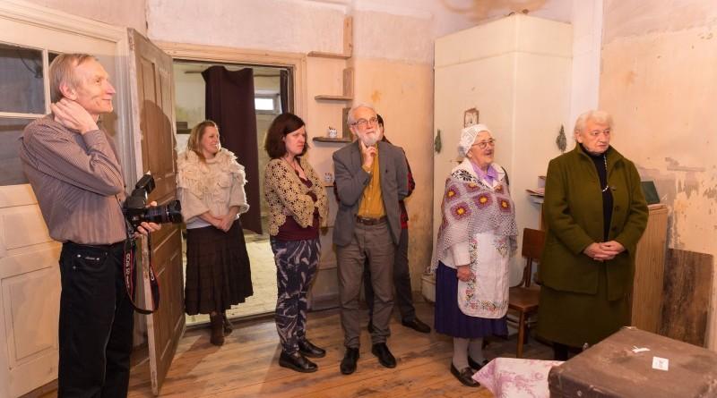 Sarades namiņa veidotājas iepazīstina ar Sabilē decembrī plānoto Dāvantirgu ar rozīnīti (7)