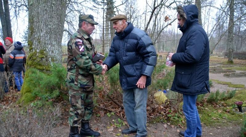 Zemessardzes veterānu organizētais piemiņas brīdis Valgales kapos_ 11_novembris (11)