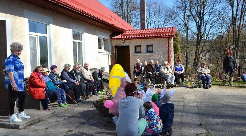 Sabile_Zaķu gājiens uz senioru namiņu Kalme_2019_18 aprīlis (17)